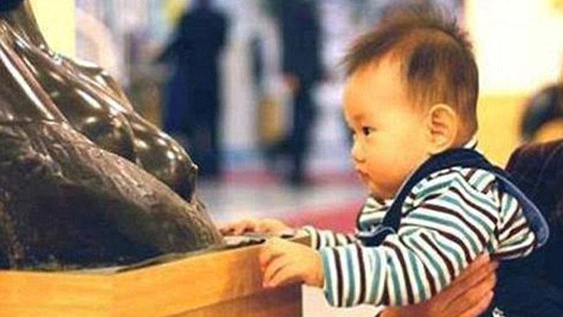 Zachowanie tego chłopczyka rozbawiło zwiedzających, lecz totalnie przeraziło kustoszów muzeum. Ten maluch zdecydowanie ma apetyt na sztukę....