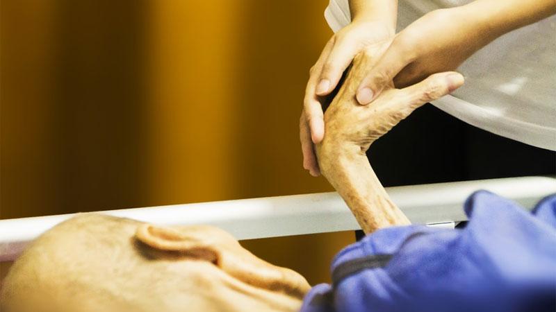 Pielęgniarka w hospicjum pytała pacjentów przed śmiercią, czego najbardziej żałują w życiu. 5 odpowiedzi powtarzało się niezwykle często....
