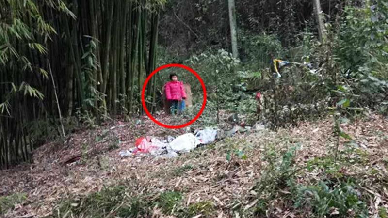 Ojciec przywiązał 2-letnią córkę do bambusa i zostawił na cmentarzu! To, co miała przypięte do pleców, zasmuciło zgromadzonych