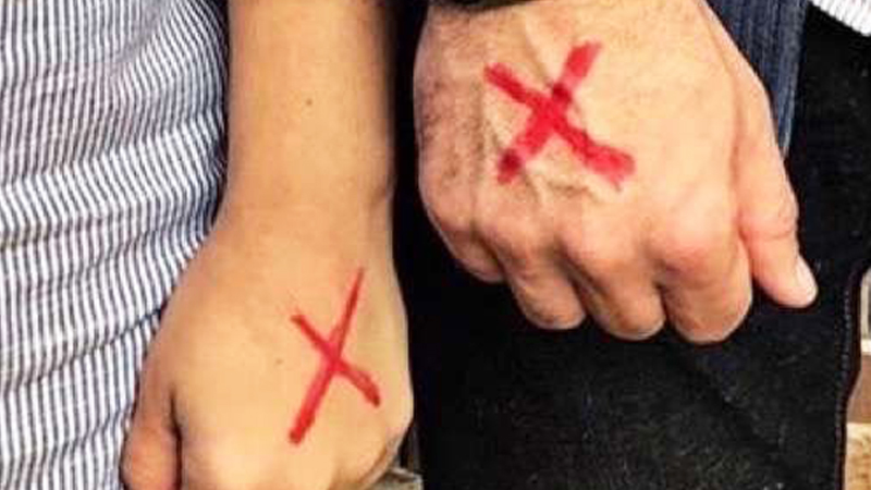 Czerwone krzyże na dłoniach internautów z całego świata. Jeśli jeszcze nie wiesz, co oznaczają, koniecznie to sprawdź!