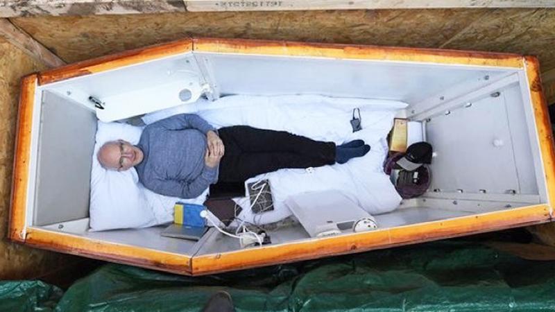 Katolik dał się pochować żywcem w trumnie! Chciał w ten sposób przekazać światu bardzo ważną wiadomość