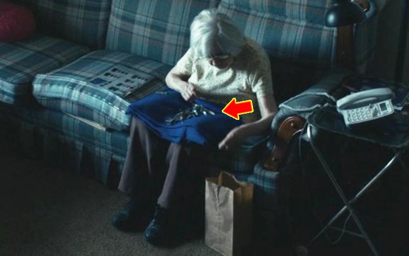 To, co robi ta staruszka, aby nie czuć się samotna, wyciska łzy z oczu. Oby nikogo na starość nie spotkał taki los!