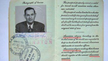 Celnik poprosił starego Amerykanina o paszport. Mocno się zarumienił, gdy usłyszał odpowiedź 90-latka!