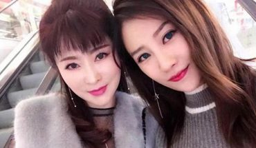 Na tym zdjęciu jest 50-letnia matka i 25-letnia córka! Choć dzieli je całe pokolenie, wyglądają jak siostry!