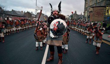 Średniowieczni macho zjechali do Szkocji. Zobacz epickie zdjęcia z największego festiwalu Wikingów na świecie