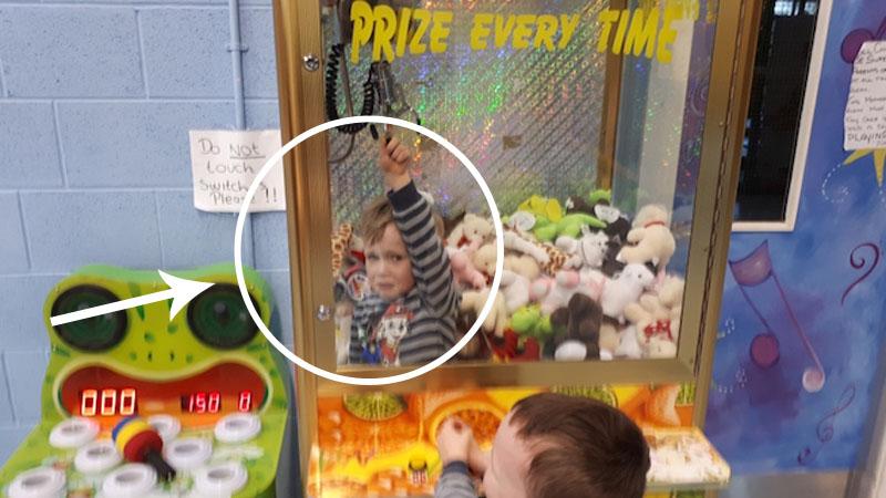 Strażak ratuje 3-latka. Chłopczyk utknął w środku automatu z zabawkami. Jak on tam wszedł?!