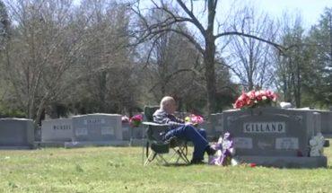 Miłość Freda i Janice przetrwała do grobowej deski. Dosłownie. Siedem lat po śmierci żony, mąż nadal jest przy niej, odwiedzając codziennie grób ukochanej!