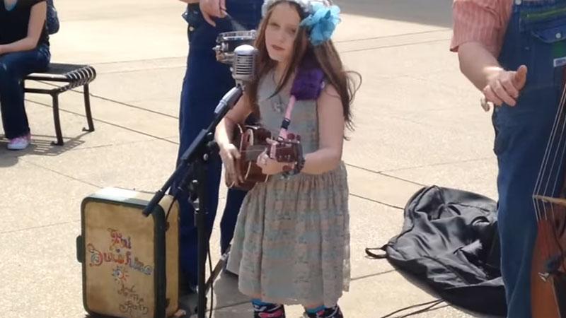 Fenomenalna dziewięciolatka wykonuje bluesowy utwór Johnny'ego Casha. Obok tego nagrania nie można przejść obojętnie