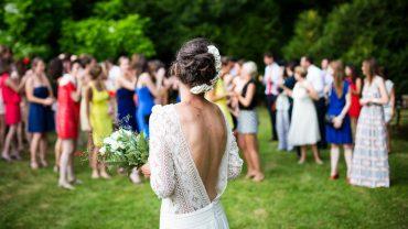 Narzeczeni chcieli wielkiego wesela, ale nie zamierzali na to wydać ani grosza. Wymyślili plan, który doprowadził do wściekłości wszystkich na ślubie