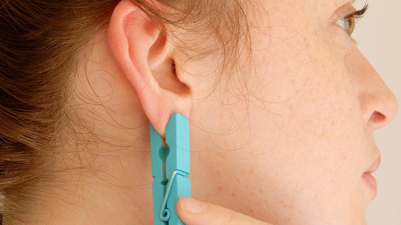 Przypięła do ucha klamerkę do bielizny. Po kilku dniach nie mogła uwierzyć, że ta metoda ma takie działanie!