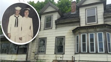 Po latach odwiedził niszczejący dom swoich dziadków. Przechodząc po pokojach jedyne czego żałował to, że nie przyjechał tam wcześniej