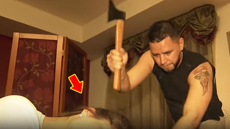 Rosyjski fryzjer tnie włosy siekierą! Mina klientki mówi wszystko