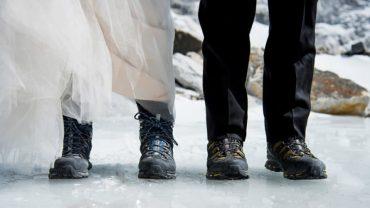 Wspinali się trzy tygodnie, by wziąć ślub na szczycie Mount Everestu. Zdjęcia z tej uroczystości są olśniewające!