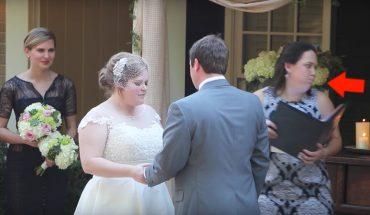 Młoda para składa przysięgę małżeńską, gdy nagle urzędniczka zaczyna się dziwnie zachowywać. Chwilę później robi coś odrażającego!
