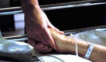 Spędził całą noc przy łóżku umierającego ojca. Rano powiedział pielęgniarce coś, co doprowadziło ją do łez!