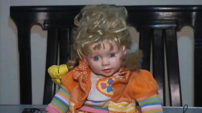 Nawiedzona lalka nocami włóczy się po domu i drapie śpiące w nim dzieci. Ta rodzina nie chce jej jednak wyrzucić z jednego, szczególnego powodu...