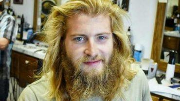 Przyszedł do fryzjera zarośnięty jak małpa. Gdy wyszedł, oglądały się za nim wszystkie dziewczyny!