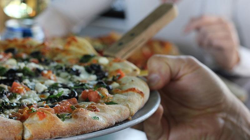 Sposób jedzenia pizzy określa osobowość człowieka. Sprawdź, co twoja metoda konsumpcji zdradza o Tobie