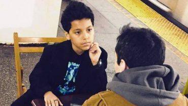11-letni chłopiec na nowojorskiej stacji metra ustawia stół, dwa krzesła i… prowadzi terapię! Ludzie uważają, że jest lepszy od dyplomowanych psychologów