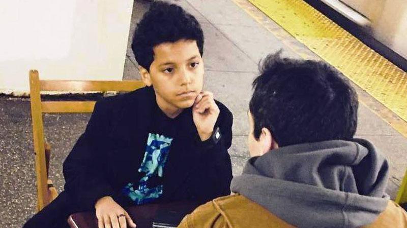 11-letni chłopiec na nowojorskiej stacji metra ustawia stół, dwa krzesła i... prowadzi terapię! Ludzie uważają, że jest lepszy od dyplomowanych psychologów