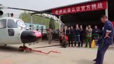 Postanowił ustanowić najgłupszy rekord na świecie. Wziął mocną linę, przymocował do helikoptera i przeciągnął go na odległość ponad 10 metrów, używając do tego…swojego przyrodzenia!