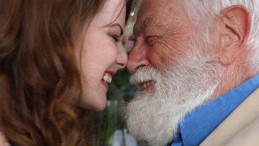 Czy wiek może być przeszkodą w miłości? Zobaczcie reakcje przechodniów na randkę siwego staruszka z młodą atrakcyjną dziewczyną