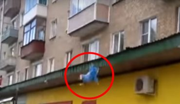 Wyrzucił dzieci i żonę przez okno z 5 pietra, sąsiedzi robili co mogli, by ich złapać