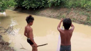 Dwóch chłopców udało się nad wodę, żeby złapać sobie jedzenie. Wkrótce jednak z myśliwych zamienili się w zwierzynę