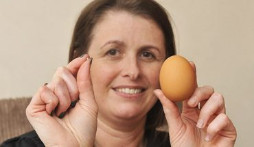 Jadła śniadanie, gdy natrafiła w jajku na twardy fragment. Znalazła coś, co być może przyniesie jej szczęście!