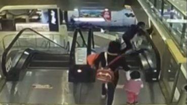 Ruchome schody są skrajnie niebezpieczne. Ci ludzie chwilę nieuwagi przypłacili życiem dziecka!