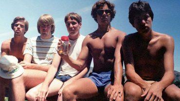 Piątka przyjaciół od 1982 roku regularnie co 5 lat fotografuje się w tym samym ujęciu. Zobaczcie, jak czas zmienia człowieka