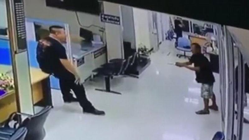 Wdarł się z wielkim nożem na komisariat, policjant spokojnie podszedł do niego i zapytał... czy chce, żeby go przytulić!