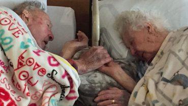 Przeżyli wspólnie 77 lat i odeszli trzymając się za ręce. Ich ostatniafotografia to niezaprzeczalny dowód na to, że prawdziwa miłość istnieje