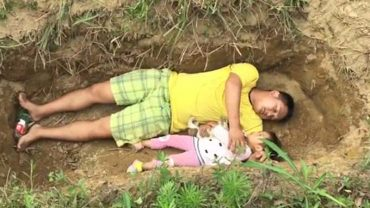 Kończą mu się pieniądze na leczenie genetycznie chorej córki, więc aby oswoić ją ze śmiercią, wykopał dla niej grób i codziennie ją w nim kładzie!