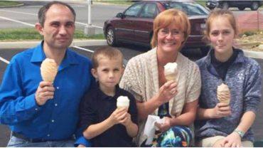 Zauważyła szczęśliwą rodzinę w kawiarni i zrobiła im zdjęcie. 10 dni później otrzymała druzgocącą wiadomość