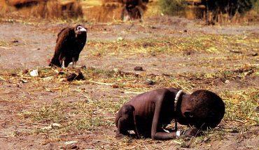 Ta fotografia wstrząsnęła światem. Kryje się za nią smutna historia nie tylko małej dziewczynki, ale i fotografa, do którego w opinii wielu wróciła karma