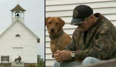 Umierającemu mężczyźnie pozostały tylko spacery z psem. Któregoś dnia natknął się na opuszczony kościół i ten dzień całkowicie zmienił jego życie