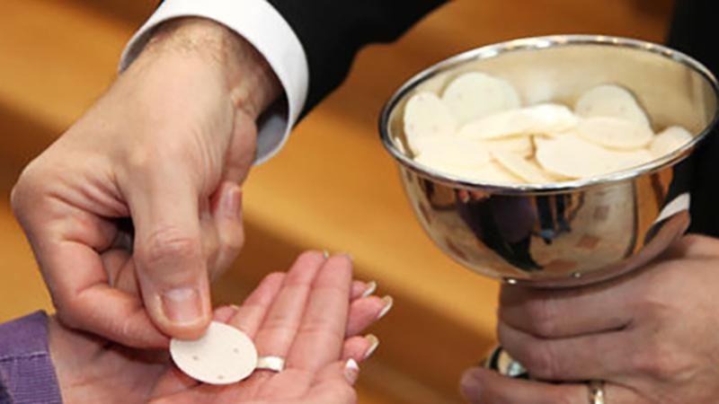 Wierni żądają bezglutenowej hostii! Watykan zainteresował się sprawą i udzielił ciekawej odpowiedzi!
