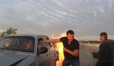 To były sekundy! Gdyby nie pomoc obcych ludzi, uczestnicy tego wypadku spłoneliby żywcem!