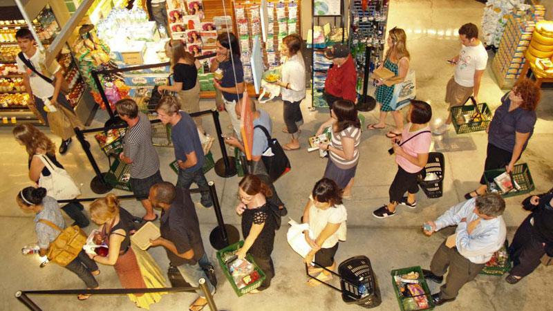 Zawsze wybierasz w sklepie kolejkę do kasy, która najwolniej się porusza? Sprawdź, na co zwrócić uwagę, by być szybciej obsługiwanym