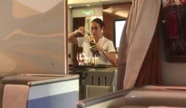 Stewardessa zlewała niewypitego szampana do butelki, aby się nie zmarnował! Te linie lotnicze powinny się wstydzić
