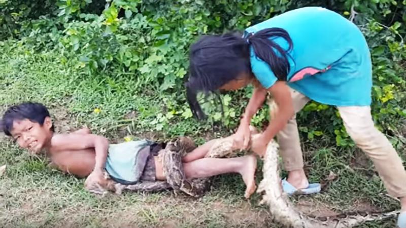 7-letni chłopiec stał się żywą przynętą dla węża! Jego rodzice nie widzą w tym wszystkim problemu