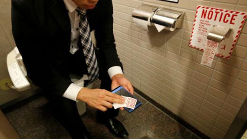 Używasz telefonu podczas korzystania z toalety? To fatalny nawyk, którego jak najszybciej powinieneś się pozbyć!