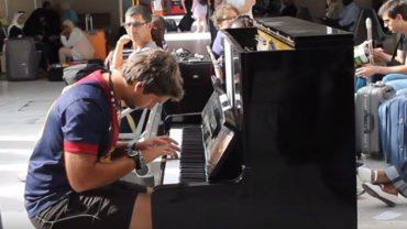 Gerard grał na fortepianie stojącym na stacji metra, gdy bez słów przyłączył się do niego obcy mężczyzna. To, co stało się później, zachwyciło wszystkich