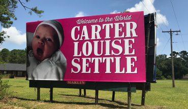 Kiedy tej parze urodziła się córeczka, obwieścili światu radosną nowinę za pomocą bilbordu. Przesada? To pierwsza dziewczynka w rodzinie od 140 lat!