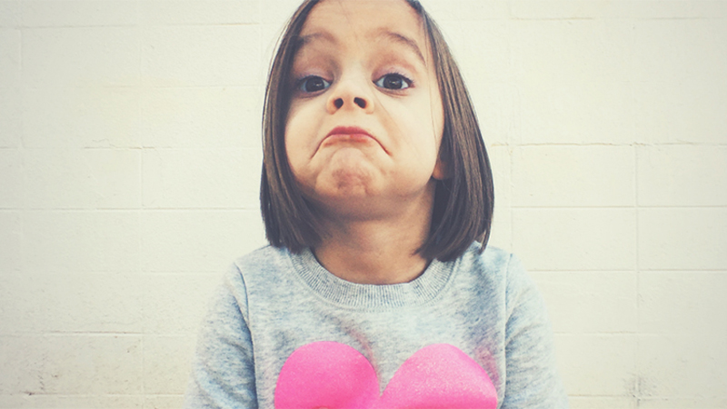"""Mówisz swojej małej córeczce, żeby była """"dobrą dziewczynką""""? Przestań to robić. Zdaniem naukowców, to """"ogromny błąd wychowawczy"""""""