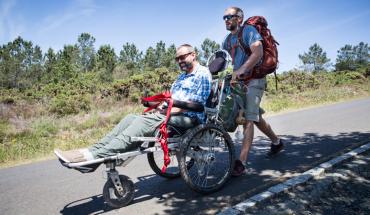 Przez 800 kilometrów pchał wózek inwalidzki swojego przyjaciela, by ten mógł spełnić swoje marzenie! Taki druh to największy skarb na świecie!
