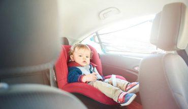Przez nieuwagę zostawiła synka w nagrzanym samochodzie, teraz uczy malca jak otworzyć auto i uwolnić się z fotelika. Dobrze robi?