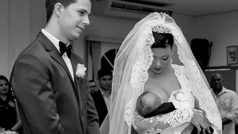 Panna młoda podczas brania ślubu karmiła swojego 3-miesięcznego synka piersią! Wyraz matczynej miłości czy niestosowność i przesada?