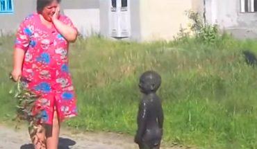 Poszła sprawdzić, czy jej dziecko grzecznie bawi się na podwórku. Z trudem je rozpoznała!
